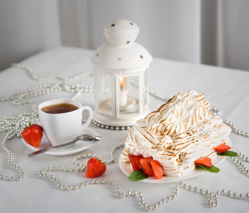 Dessert doux de flambe avec la fraise images stock
