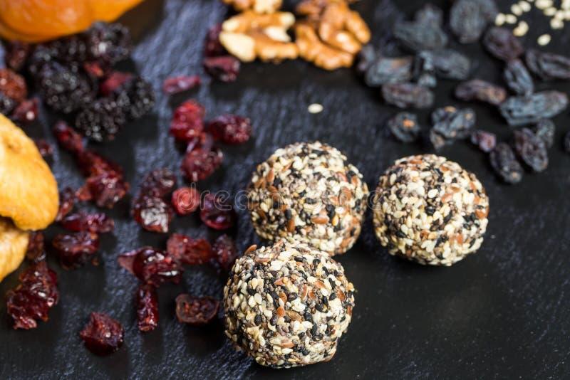 Dessert doux de thème fait à partir des produits naturels sans sucre Macro plan rapproché de truffe ronde de sucrerie de boule de images stock