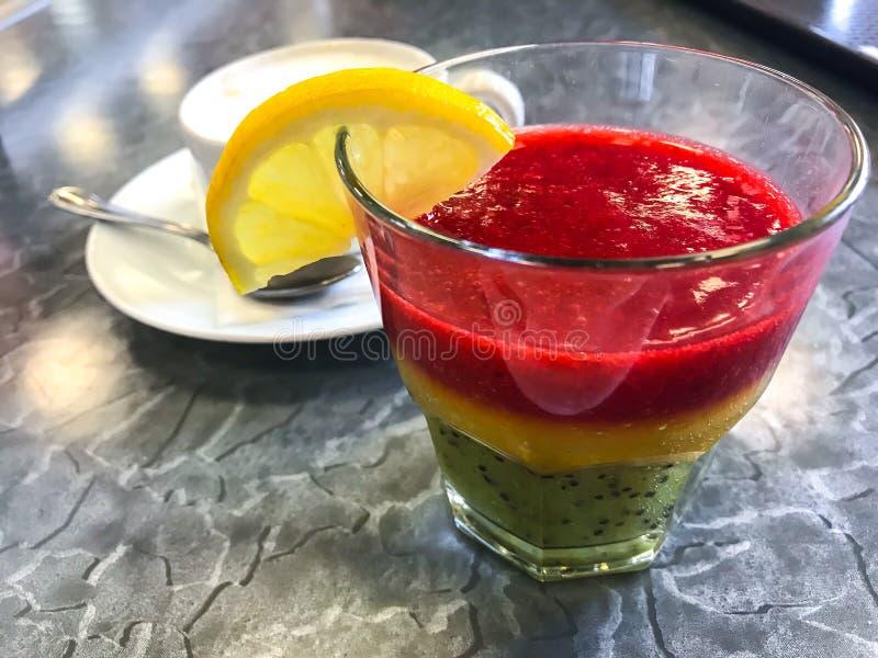 Dessert doux fait à partir des baies fraîches, cappuccino image stock