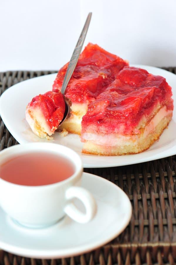 Dessert doux : thé de gâteau et de fruit de fraise photo libre de droits