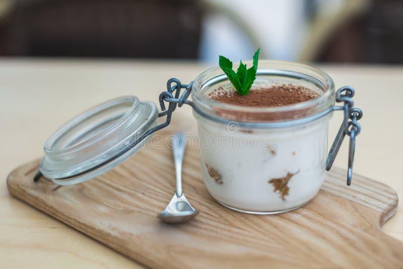 Dessert in een kruik op lichte Raad stock foto's