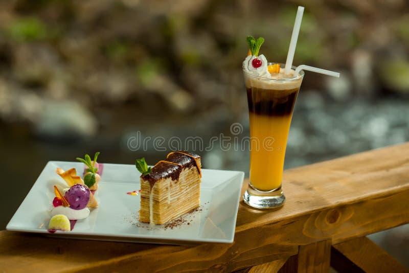 Dessert et cocktail décorés photographie stock libre de droits