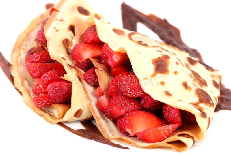 Dessert: geïsoleerde pannekoeken met aardbei en chocolade stock fotografie