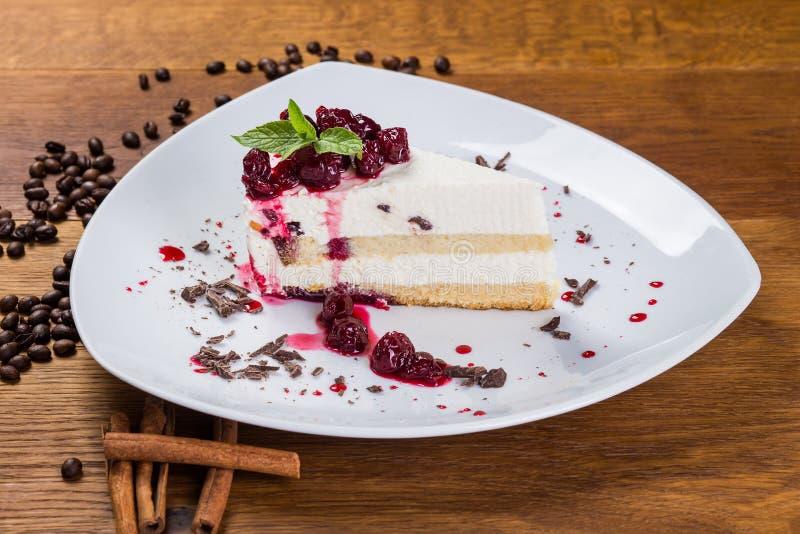 Dessert Gestremde melkkaastaart met kers en kersenstroop royalty-vrije stock fotografie