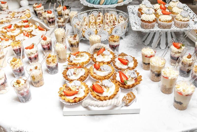 Dessert Heerlijke cupcake op de lijst royalty-vrije stock fotografie