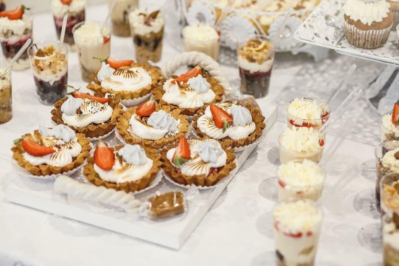 Dessert Heerlijke cupcake op de lijst stock fotografie