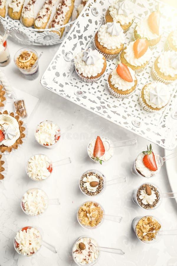 Dessert Heerlijke cupcake op de lijst royalty-vrije stock afbeelding