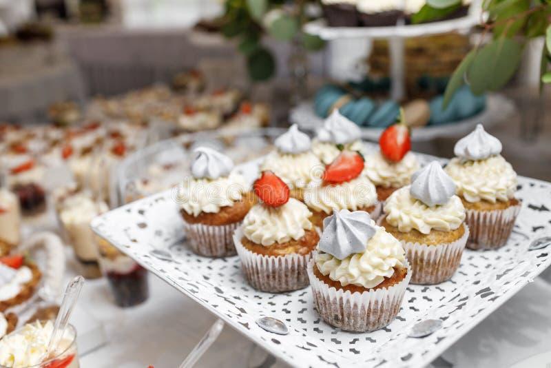 Dessert Heerlijke cupcake op de lijst stock foto