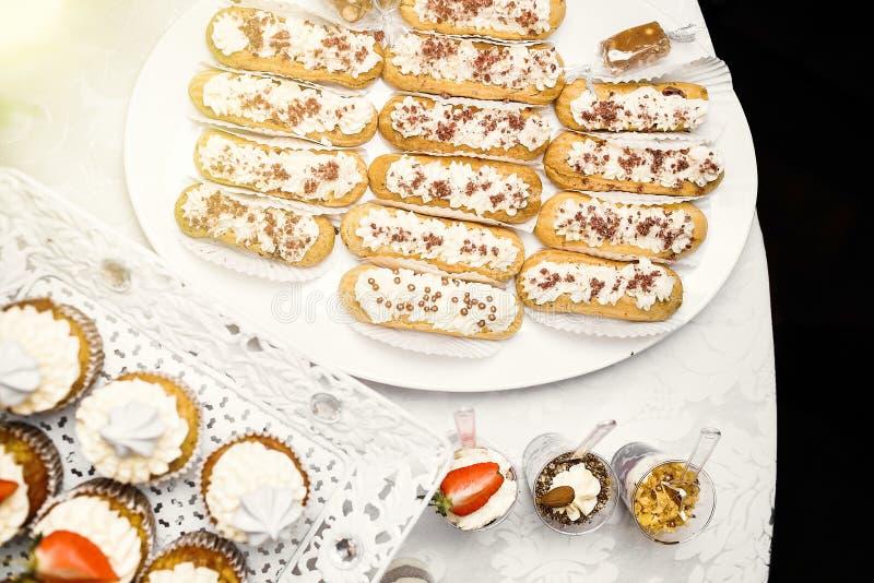 Dessert Heerlijke cupcake op de lijst stock foto's