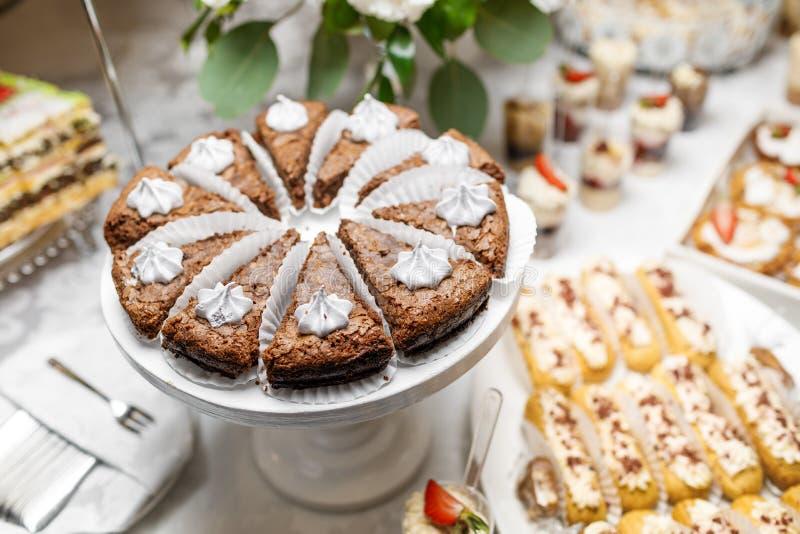 Dessert Heerlijke cupcake op de lijst stock afbeeldingen