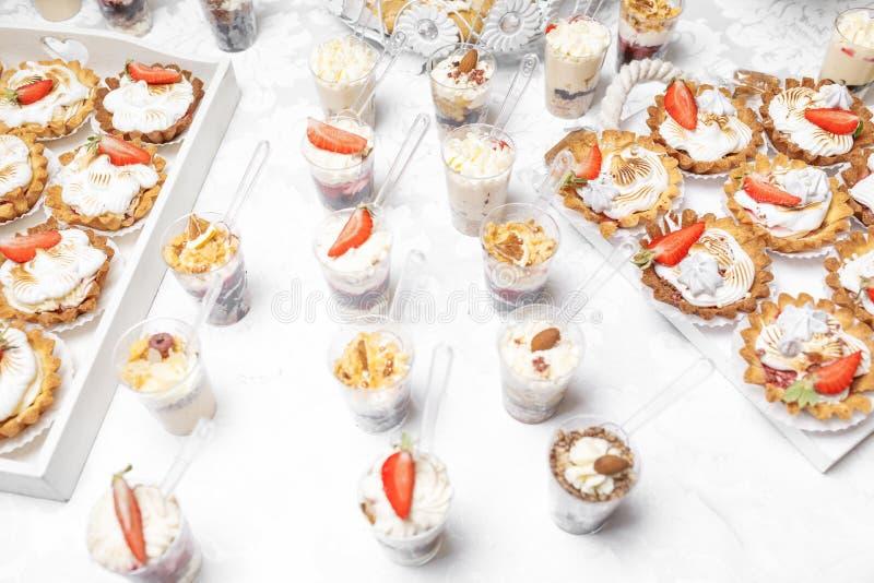 Dessert Heerlijke cupcake op de lijst royalty-vrije stock afbeeldingen
