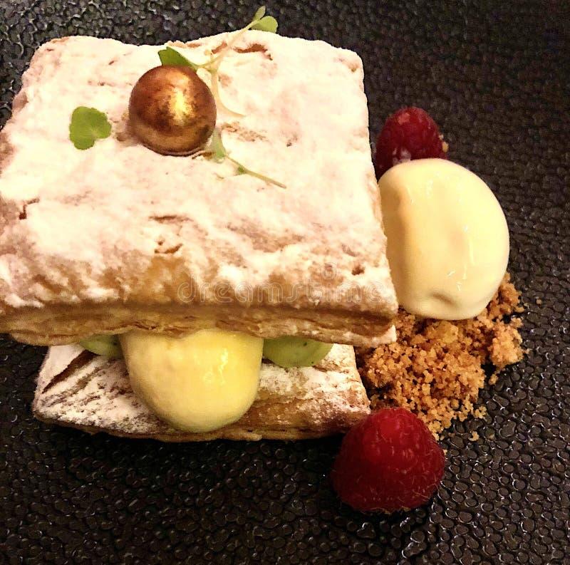 dessert italiano con panna e frutta fresca su fondo scuro immagine stock libera da diritti