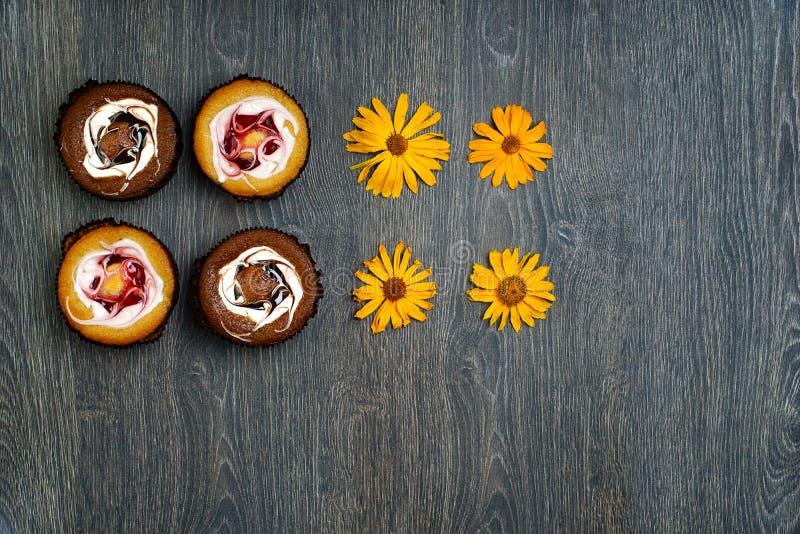 Dessert italien, et fleurs sèches de champ, sur une table en bois Genre de bougie photos libres de droits