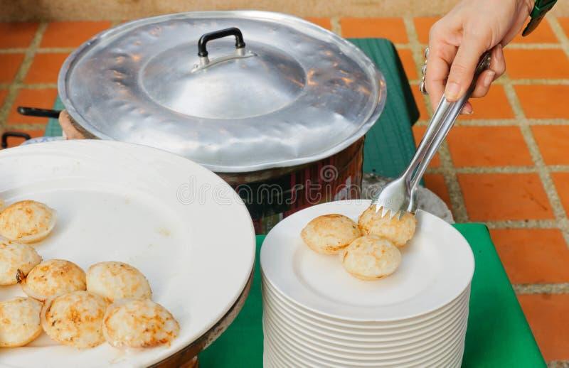 Dessert, latte di noce di cocco e pancake tailandesi tradizionali della farina di riso immagine stock
