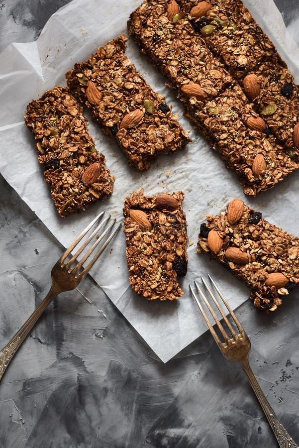 Dessert libero dello zucchero sano Barre di granola della farina d'avena con le mandorle ed i semi dell'amaranto in carta bollent immagine stock libera da diritti