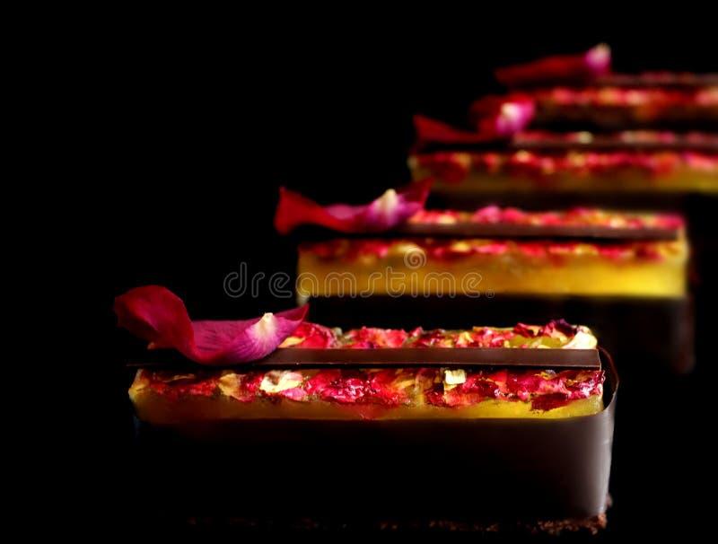 Dessert lumineux de citron et de chocolat sur le fond noir images stock