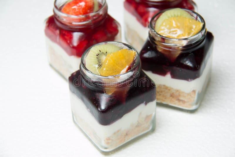 Dessert met bosbessen en kers in glasfles royalty-vrije stock foto