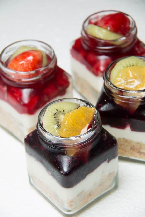 Dessert met bosbessen en kers in glasfles stock foto