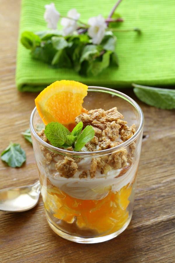 Dessert orange avec de la crème et des biscuits photographie stock