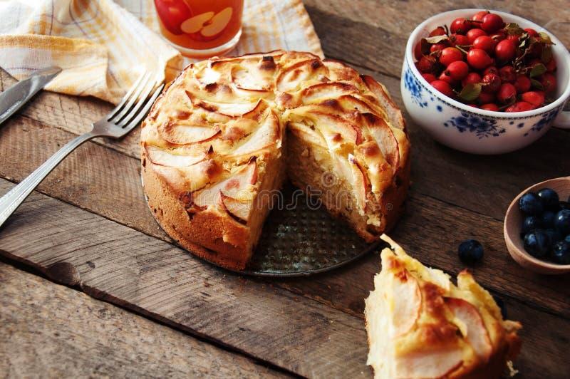 Dessert organico casalingo della torta di mele pronto da mangiare Torta di mele deliziosa e bella su una tavola di legno, su una  immagini stock