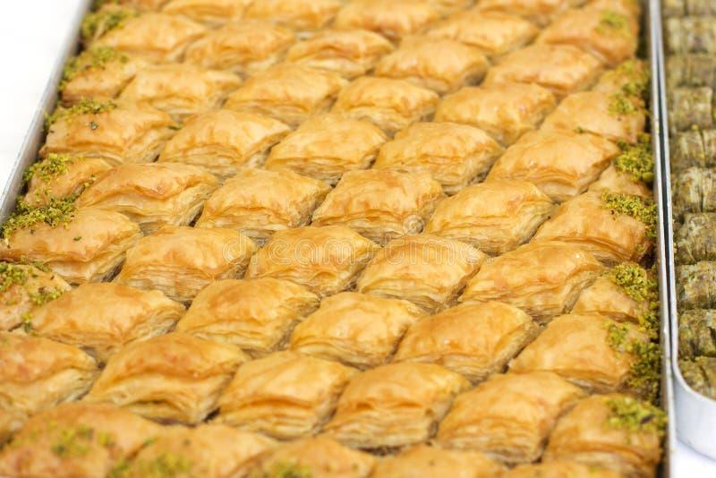 Dessert oriental traditionnel - baklava avec des pistaches et le walnu image stock