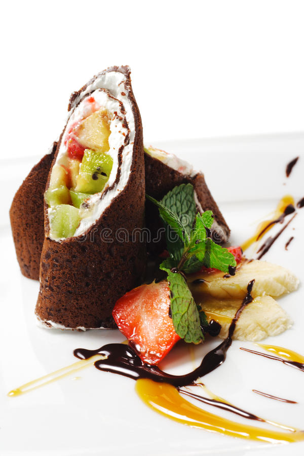 Dessert - pancake del cioccolato con la frutta fotografia stock libera da diritti