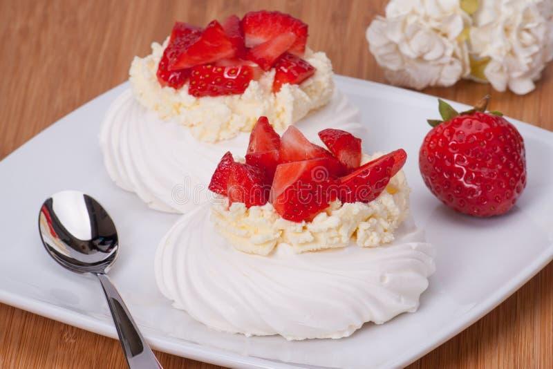 Dessert Pavlova delle meringhe della fragola fotografia stock libera da diritti