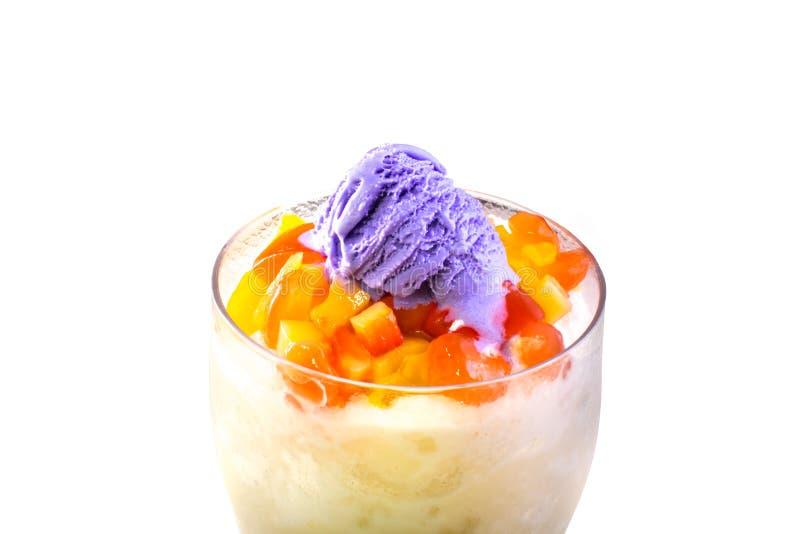Dessert philippin, halo de halo avec la crème glacée pourpre d'igname sur le dessus photographie stock libre de droits