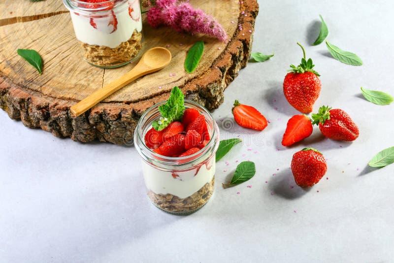 Dessert posé avec le fromage de fraises, de gâteau et fondu sur le fond en bois, l'espace de copie Image authentique de mode de v photos stock
