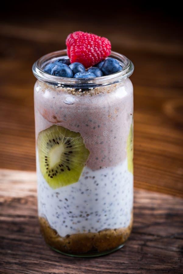 Dessert pos? d'alimentation saine dans le pot avec des fruits frais image stock