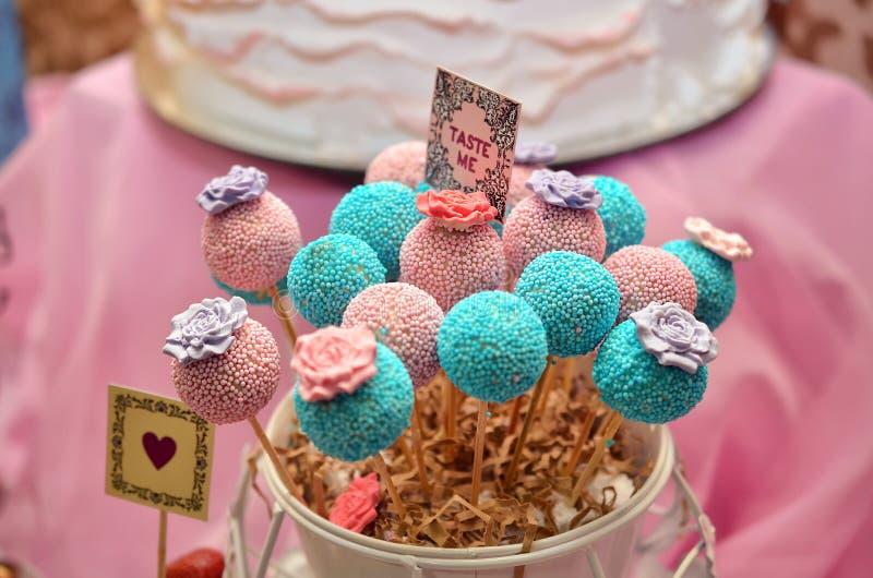 dessert posicles op roze achtergrond stock foto's