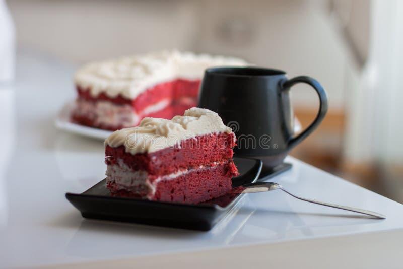 Dessert rouge de gâteau de velours avec le thé photo stock