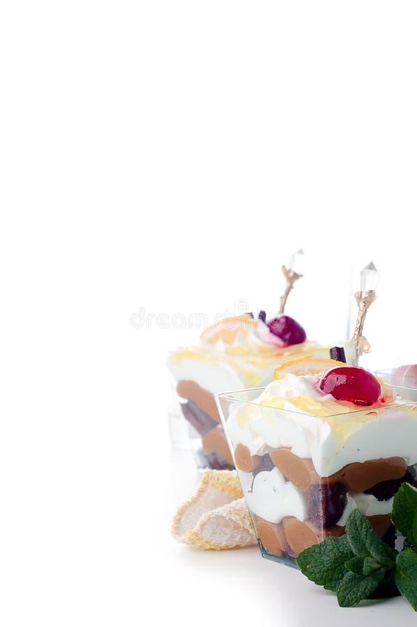 Dessert sain avec du yaourt crémeux posé images libres de droits