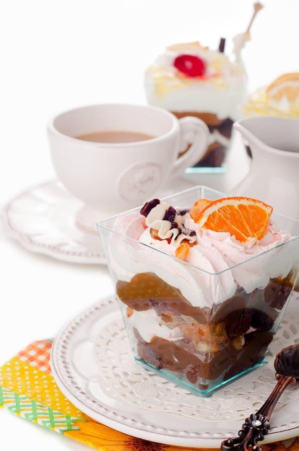 Dessert sain avec du yaourt crémeux posé photos stock