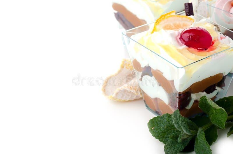 Dessert sain avec du yaourt crémeux posé image libre de droits