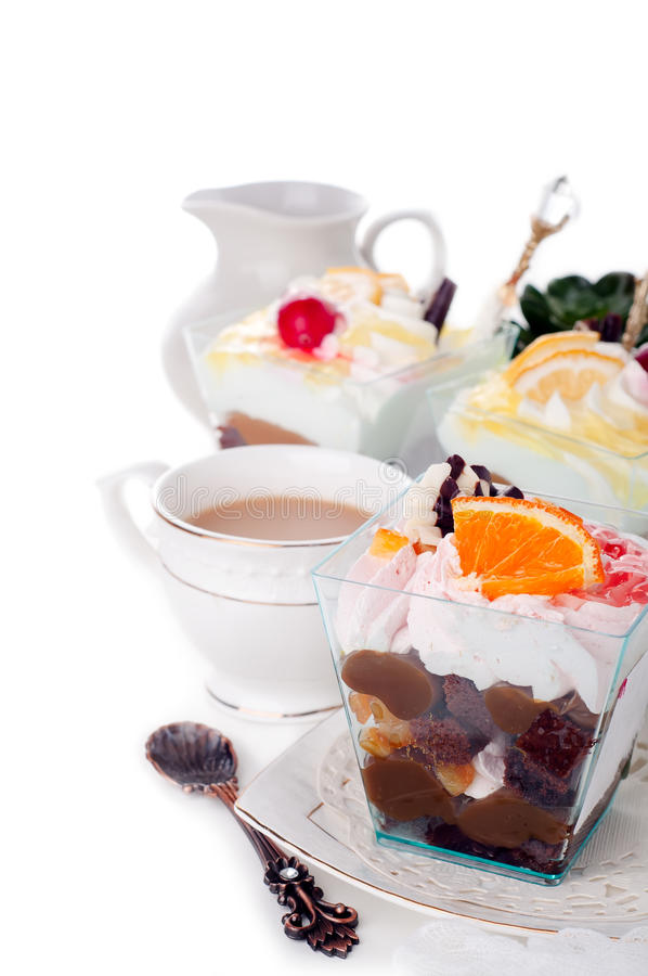 Dessert sain avec du yaourt crémeux posé photographie stock libre de droits