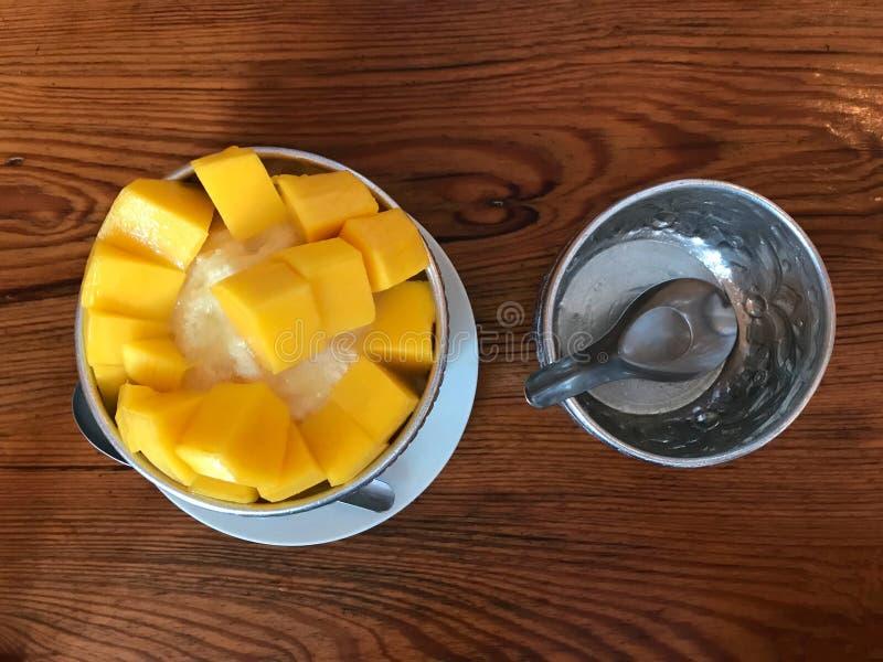 Dessert saisonnier thaïlandais de mangue dans la cuvette photographie stock