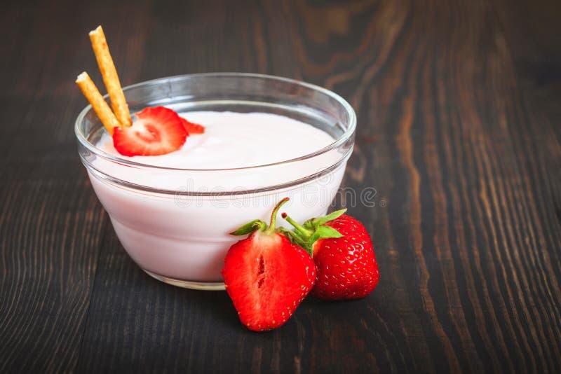 Dessert sano e saporito delle fragole con yogurt per la prima colazione immagine stock