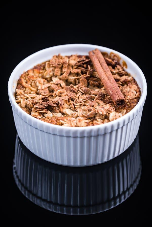 Dessert sano, mela al forno con lo scricchiolio immagine stock