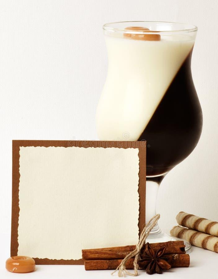 Dessert saporito con i chicchi di caffè immagine stock libera da diritti