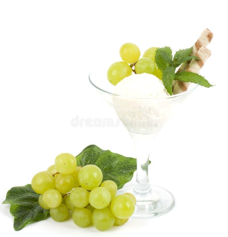 Dessert saporito del gelato con l'uva verde fotografie stock libere da diritti