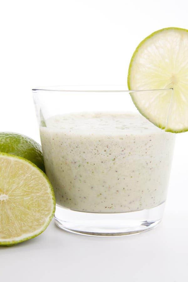 Dessert saporito fresco di scossa del yogurt dell'agrume della calce isolato fotografia stock