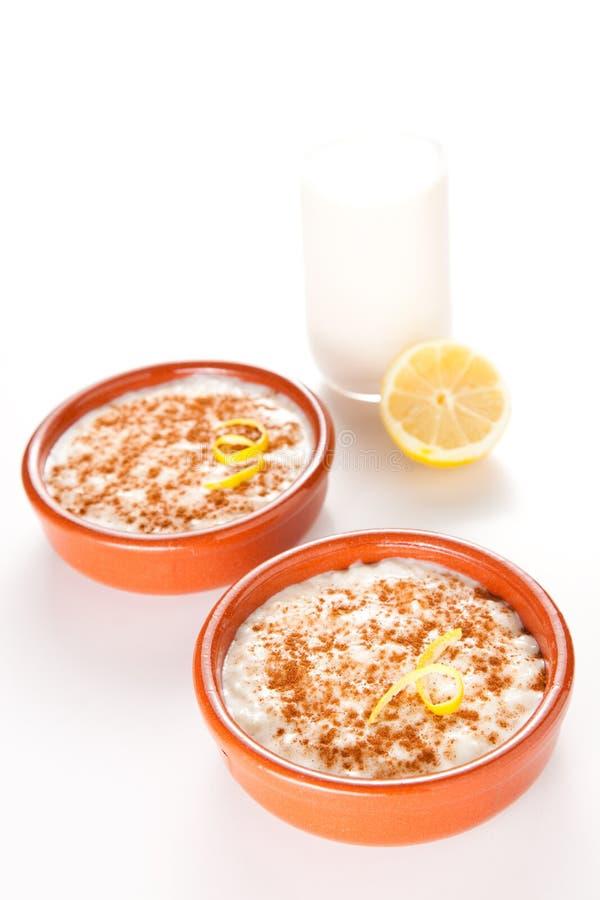 Dessert savoureux de riz au lait de cannelle image libre de droits