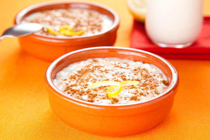Dessert savoureux de riz au lait de cannelle image stock