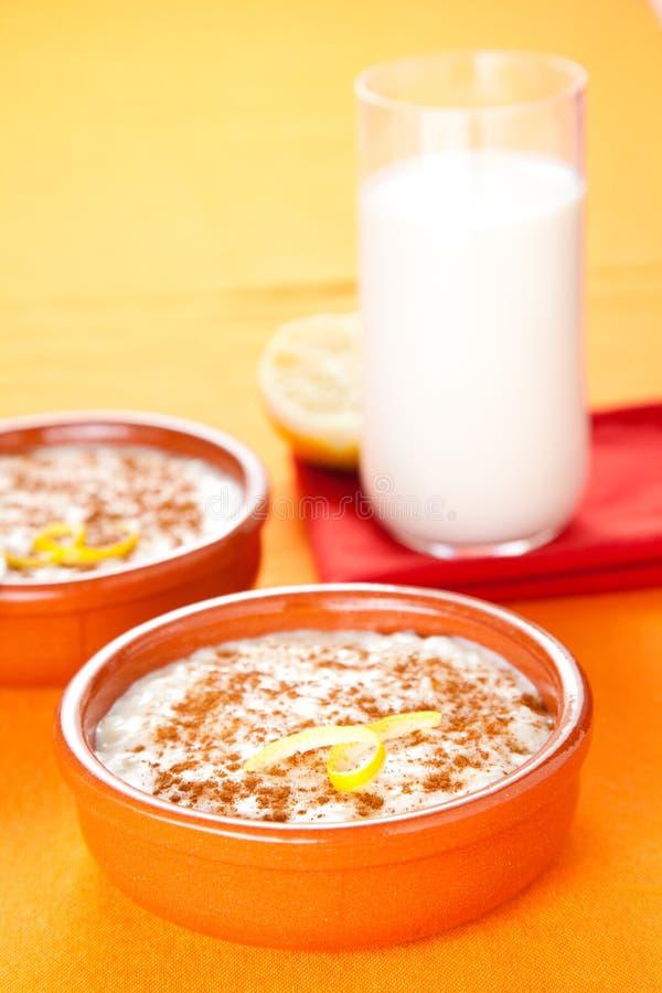 Dessert savoureux de riz au lait de cannelle photographie stock