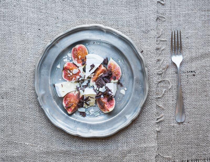 Dessert se composant des figues et du fromage frais de brie avec du miel, alm image libre de droits