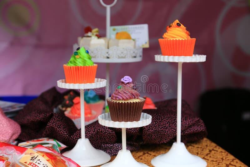 Dessert squisiti e variopinti per il tè di pomeriggio fotografia stock