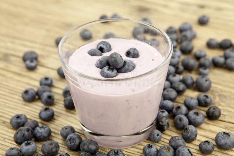 Dessert squisito fresco di scossa del yogurt di mirtillo immagine stock