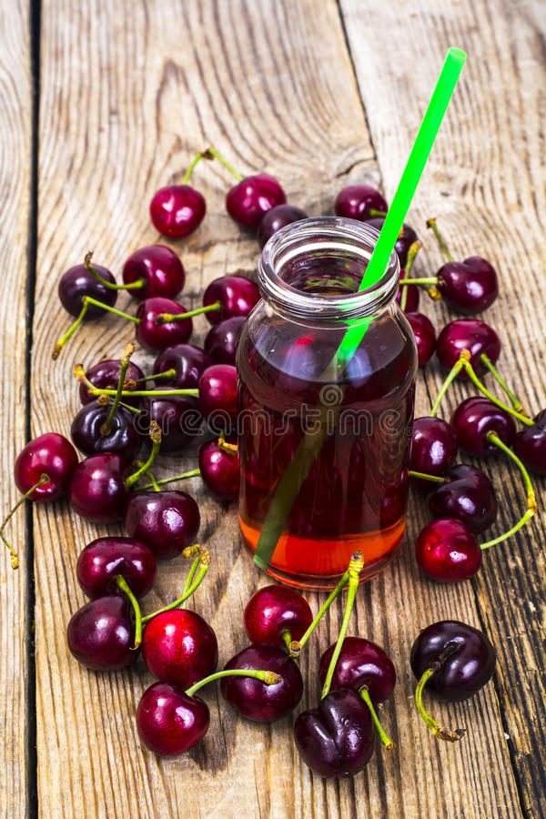 Dessert stagionale: bevanda dalla ciliegia e dalle bacche fresche immagini stock libere da diritti