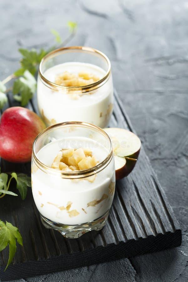Dessert stratificato casalingo con le mele fotografia stock libera da diritti